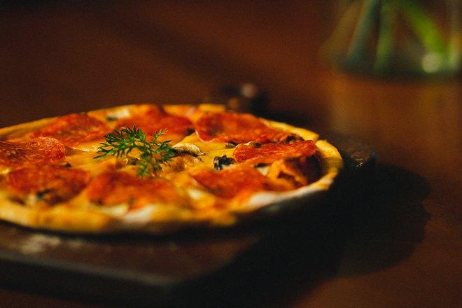 Тонкая хрустящая пицца готова