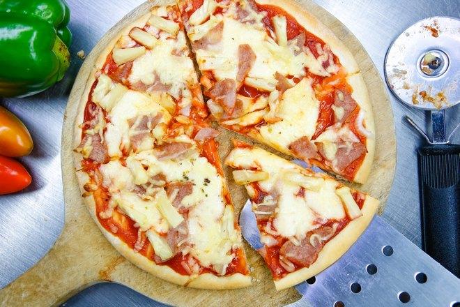 Готовая сырная пицца
