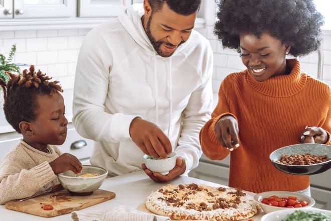 Семья готовит пиццу