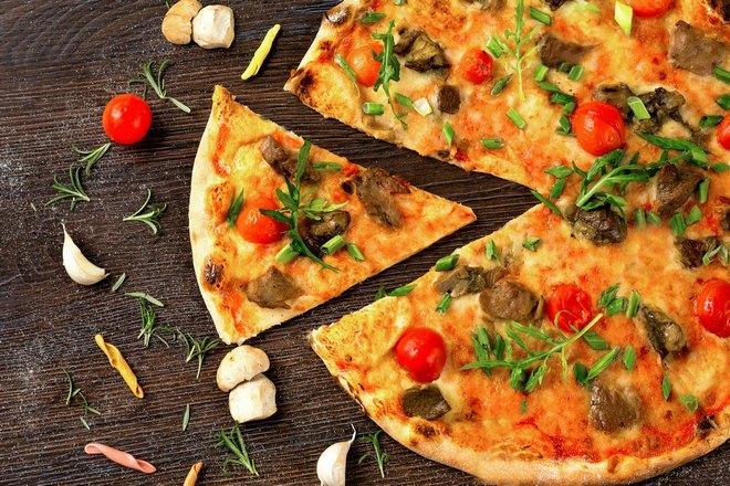 Очень аппетитная пицца с помидорами и сыром