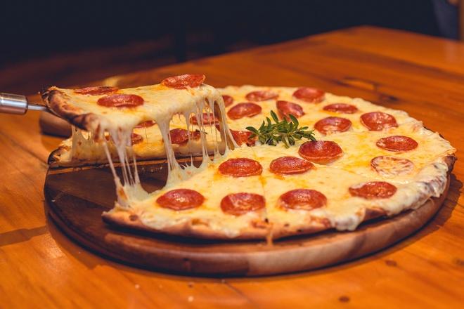 Пицца с кружочками томатов
