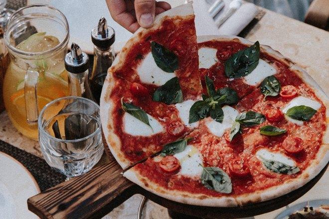 Готовая пицца с зелеными листочками
