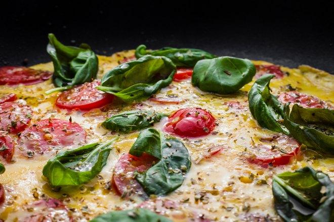 Пицца со шпинатом крупным планом