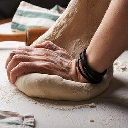 руки и тесто
