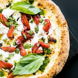 Яркая пицца с зеленью