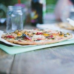 Тонкая пицца на столе