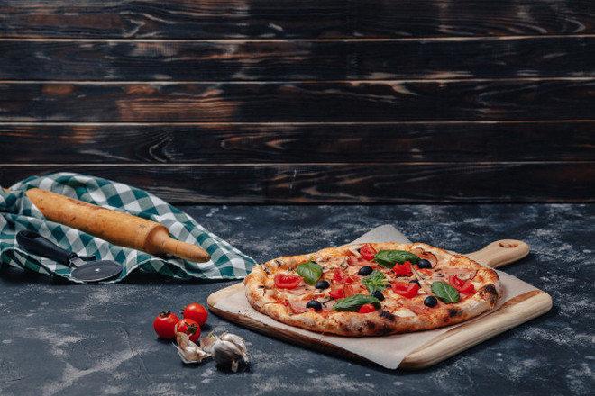 Пицца, чеснок и томаты