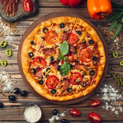 Румяная разноцветная пицца