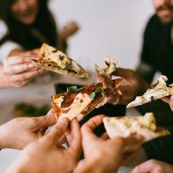 Компания с пиццей