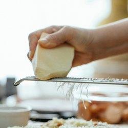Измельчение сыра на терке