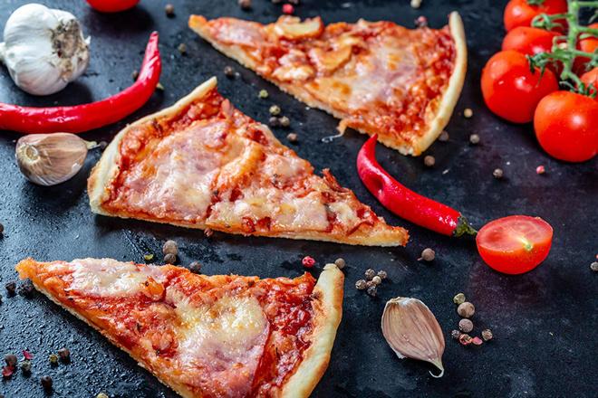 3 треугольных кусочка пиццы