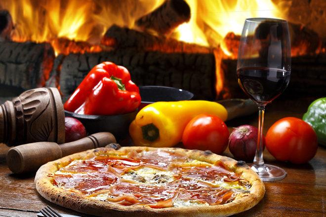 Пицца, овощи, вино в бокале