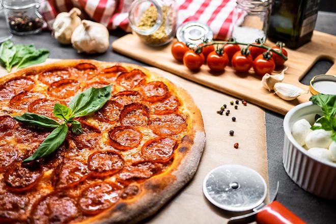 Пицца, помидоры, чеснок, специи