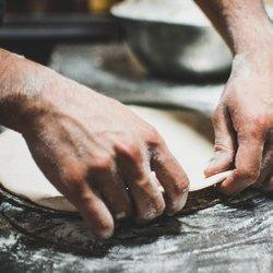 Формируем тесто для сырной пиццы