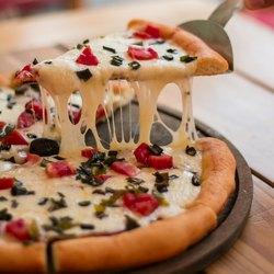 Сыр тянется за треугольником пиццы