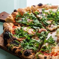 Пицца с зеленью на доске