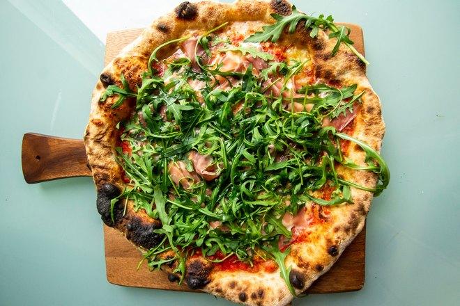 Много зелени на пицце
