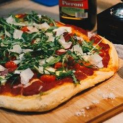 Пицца и бутылка с соусом