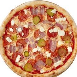 Круглая пицца с колбасой и солеными огурчиками