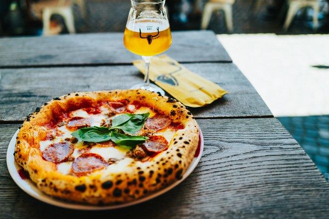 Пицца и бокал на столе
