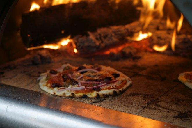 Пицца возле печи