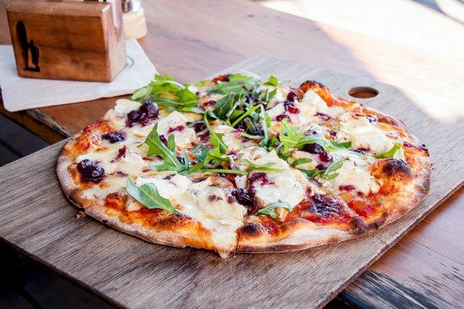 Пицца на доске в тени