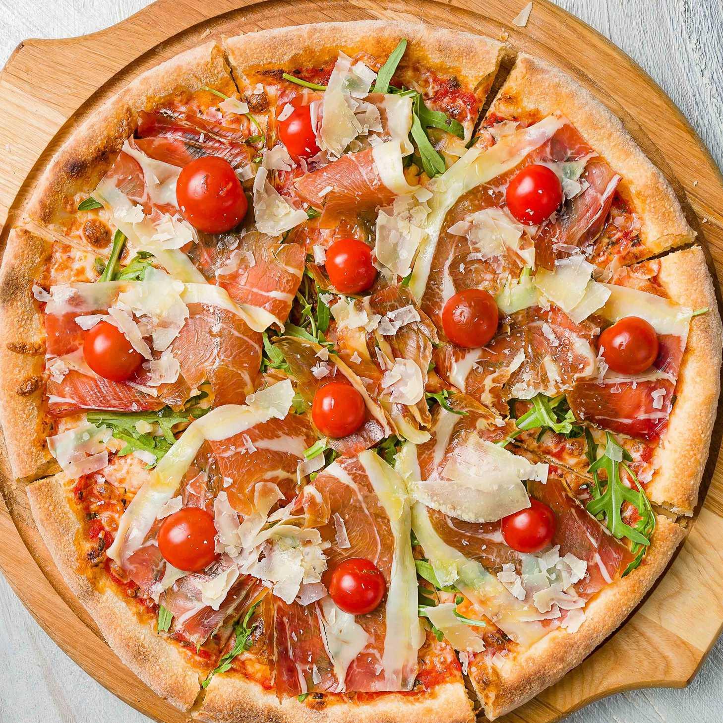 Пицца «Манхэттен» с ветчиной и пармезаном