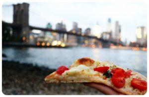 Кусочек пиццы на улицах Нью-Йорка